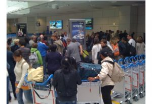 picture of people crowding the baggage carousel